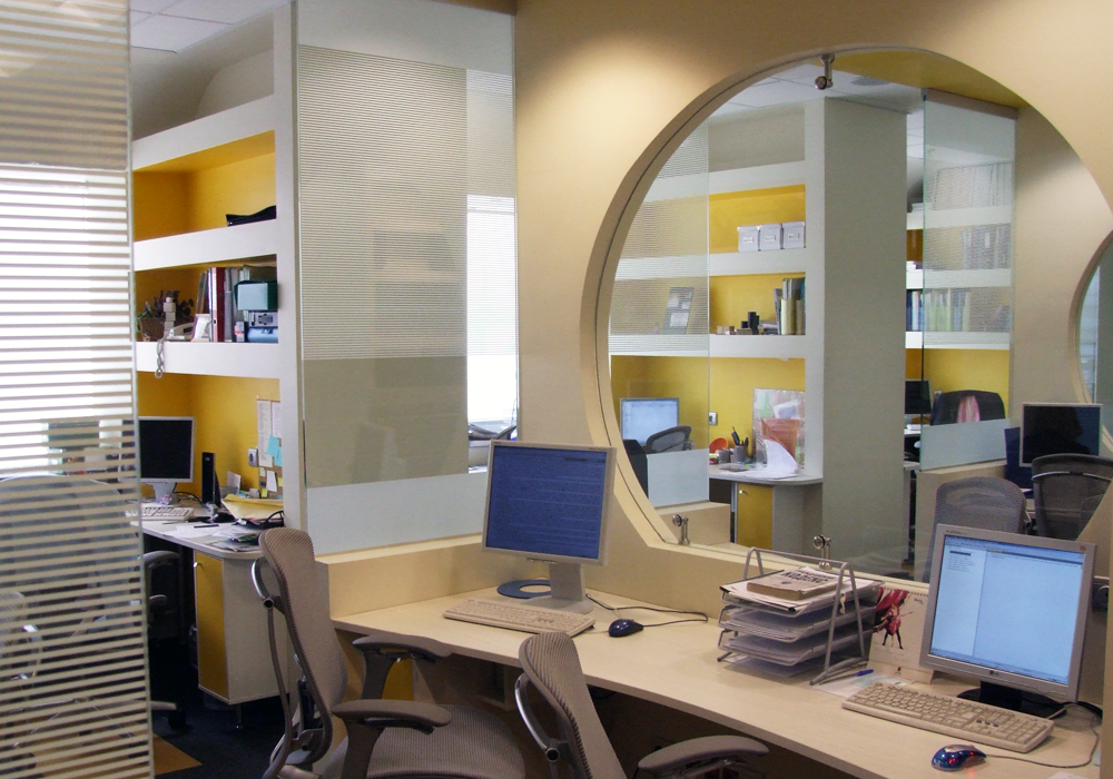"""Рабочее место юристов. Отличительной особенностью является """"труба"""" – эдакий  специфический  гибрид open space  и полузакрытых  помещений. Так же вдоль одной из стен раположились звуконепроницаемые кабины, в которых можно поговорить по телефону."""