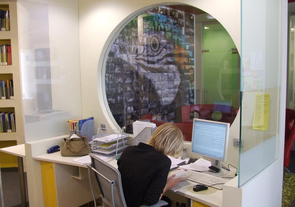 """Рабочее место юристов. Отличительной особенностью является """"труба"""" – эдакий  специфический  гибрид open space  и полузакрытых  помещений. Так же вдоль одной из стен расположились звуконепроницаемые кабины, в которых можно поговорить по телефону."""