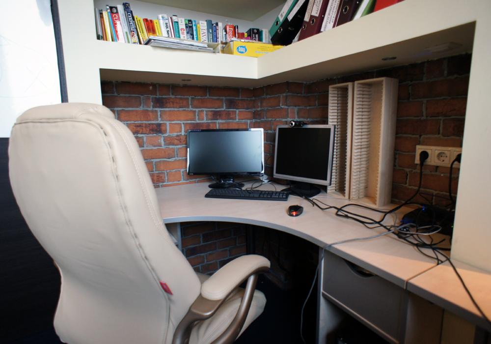 Рабочее место программиста. Стекло, кирпич, спокойные тона и новейшее системное оборудование, вот что определяет это рабочее пространство.