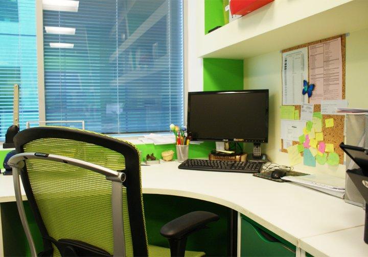 Сотрудники Back Office помогают создать условия для успешной работы всей компании. Это уравновешенные и располагающие к себе люди. Не даром их офис выкрашен в зеленый – цвет спокойствия и силы. А комфортное и функционально оборудованное рабочее пространство позволяет не только отлично справляться с поставленными задачами, но и двигаться вперед.